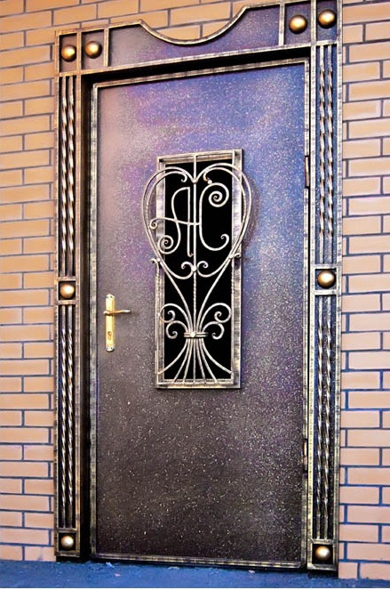 Двери входные металлические в нее