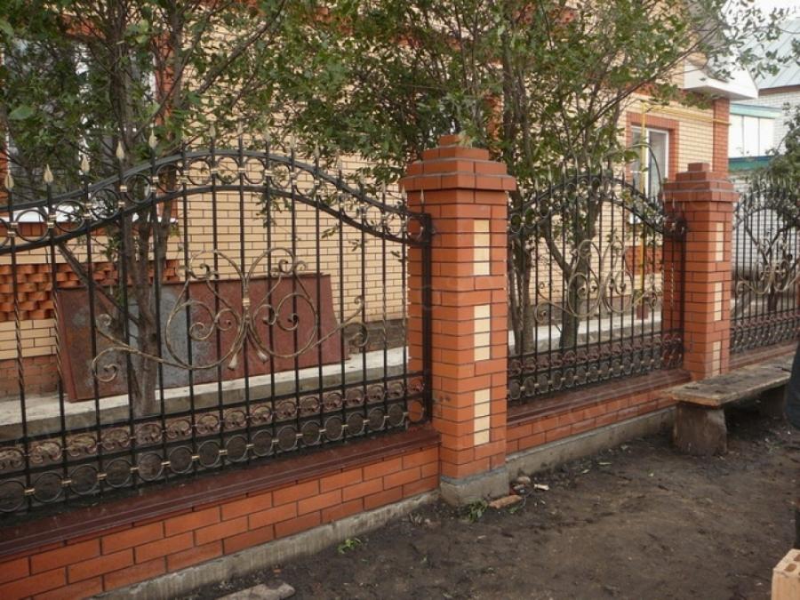 Забор из кирпича и ковки